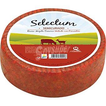 SELECTUM queso mezcla canario untado con pimentón semicurado peso aproximado pieza 3,8 kg