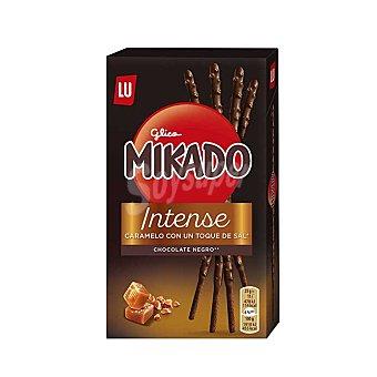 Mikado Palitos de galleta king con caramelo al punto de sal y chocolate negro Paquete 70 g