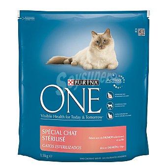 One Purina Alimento especial con salmón y trigo  para gatos esterilizados Paquete de 1,5 kg