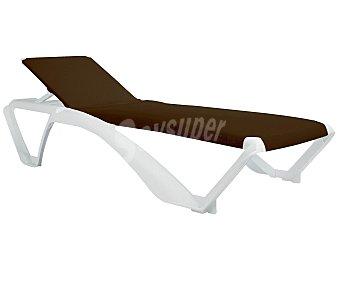 RESOL Tumbona apilable para jardín modelo Aqcua. Fabricada en resina de color blanco, recubierta de textileno con protección UV, de color negro y ruedas para un transporte más cómodo 1 unidad