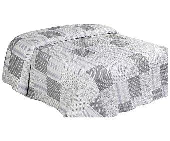 Auchan Colcha boutí 100% microfibra con diseño Patchwork en tonos blancos y azules, cama individual auchan