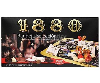 1880 Bandeja selección con turrones (turrón duro de Alicante, turrón de guirlache y tortitas de turrón de chocolate), dulces navideños (almendras rellenas y mini hojaldres rellenos de chocolate) y chocolates (bombonias, bombones de turrón y bombones de dulce de leche) 450g